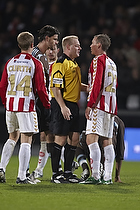 Thomas Vejlgaard, dommer, Stefan Gislason, anf�rer (Br�ndby IF), Jeppe Curth (Aab)