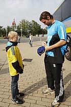 Peter Madsen (Br�ndby IF) skriver en autograf til en br�ndbyfan