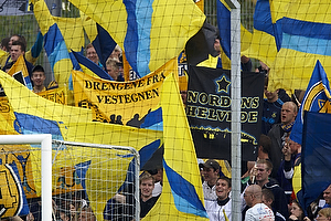Br�ndbyfans med flag og bannere