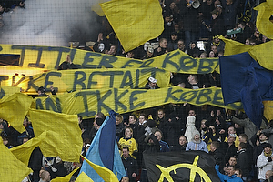 Fans med flag og bannere