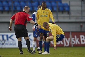 Claus Bo Larsen, dommer hj�lper Samuel Holm�n (Br�ndby IF) p� fode, Ousman Jallow (Br�ndby IF)