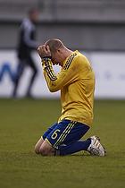 Samuel Holm�n (Br�ndby IF) tager sig til hovedet