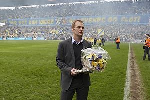 Ole Palm�, adm. direkt�r (Br�ndby IF) med blomster