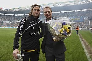 Ole Palm�, adm. direkt�r (Br�ndby IF) med blomster til Peter Madsen (Br�ndby IF)