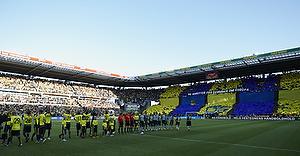 Tifo i baggrunden af de to hold