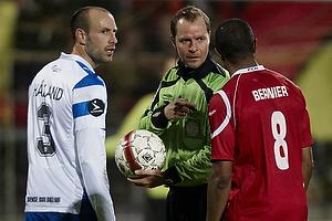 Patrice Bernier (FC Nordsj�lland), Atle Roar H�land (Ob), Henning Jensen, dommer