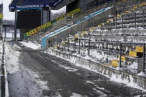 Faxetribunen ryddet for sne