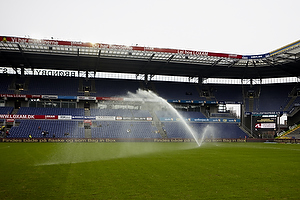 Banen vandes p� Br�ndby Stadion
