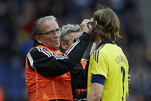 Per Bjerregaard,  (Br�ndby IF) tilser en skadet Max von Schlebr�gge, anf�rer (Br�ndby IF)