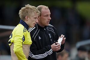 Kim Daugaard, assistenttr�ner (Br�ndby IF) klarg�r Daniel Wass (Br�ndby IF) til at blive indskiftet