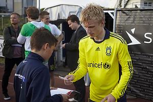 Daniel Wass (Br�ndby IF) skriver autograf