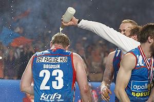 Kasper Hvidt (AG K�benhavn) h�lder champagne udover Joachim Boldsen (AG K�benhavn)