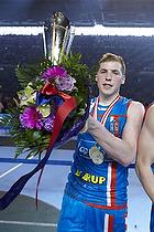 Mikkel Saad (AG K�benhavn) med blomster og pokalen