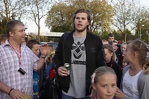 Mikkel Hansen (AG K�benhavn) omgivet af fans