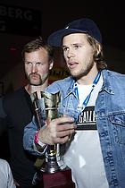 Mikkel Hansen (AG K�benhavn) med pokalen, S�ren Herskind, cheftr�ner (AG K�benhavn)