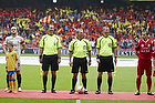 "FCN-fans med banneret ""Farum pokalens by"", Claus Bo Larsen, dommer, Nicolai Stokholm (FC Nordsj�lland), Kristian Bak Nielsen, anf�rer (FC Midtjylland), Jonas L�ssl (FC Midtjylland)"
