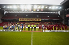"""FCN-fans med banneret """"Farum pokalens by"""" i baggrunden af dommerne og de to hold"""