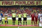 """FCN-fans med banneret """"Farum pokalens by"""" foran Claus Bo Larsen, dommer og Nicolai Stokholm, anf�rer (FC Midtjylland), Kristian Bak Nielsen, anf�rer (FC Midtjylland)"""