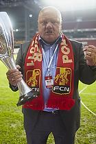 Allan K. Pedersen (FC Nordsj�lland) med pokalen