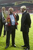 Allan K. Pedersen (FC Nordsj�lland) med pokalen og Jim Stjerne Hansen (DBU)