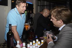 Jesper Nielsen (AG K�benhavn) i baren