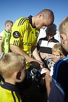 Mikkel Thygesen (Br�ndby IF) skriver autografer til br�ndbyfans