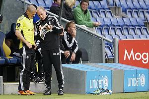 Kim Daugaard, assistenttr�ner (Br�ndby IF) forbereder Mikkel Thygesen (Br�ndby IF) til sin debut p� Br�ndby Stadion