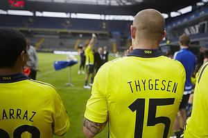 Osama Akharraz (Br�ndby IF), Mikkel Thygesen (Br�ndby IF) ser til mens Max von Schlebr�gge (Br�ndby IF) l�fter pokalen