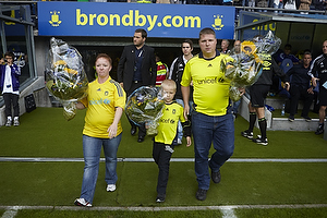 Claus Helgesen, formand (Br�ndby Support) med blomster til flere spillere.