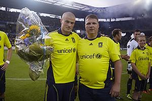 Claus Helgesen, formand (Br�ndby Support) byder med blomster velkommen til Mikkel Thygesen (Br�ndby IF)