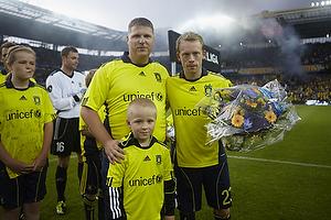 Claus Helgesen, formand (Br�ndby Support) med blomster til Michael Krohn-Dehli (Br�ndby IF) som Br�ndby Support har valgt som s�sonens beste i 2010/11