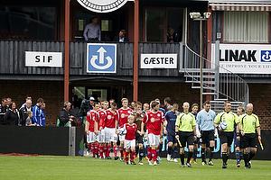 Silkeborg IF og Br�ndby IF g�r f�lles ind p� banen p� Silkeborg Stadion