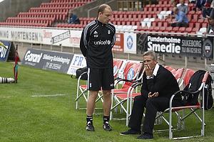 Henrik Jensen, cheftr�ner (Br�ndby IF) spekulerer p� kampen mens Kim Daugaard, assistenttr�ner (Br�ndby IF) ser p�