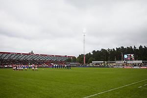 Spillerne fra Silkeborg IF og Br�ndby IF omkring midtercirklen til et minuts stilhed til �re for ofrene for terror angrebet i Oslo, Norge