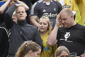 Br�ndbyfans tager sig til hoved i frustration over endnu en misbrugt chance ved stillingen 0-0 f� minutter f�r tid