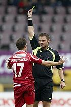 S�ren Christensen (FC Nordsj�lland) modtager en advarsel af Henrik N. Kragh, dommer