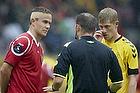 Andreas Bjelland (FC Nordsj�lland) og Morten Rasmussen (AC Horsens) f�r besked af Henrik N. Kragh, dommer