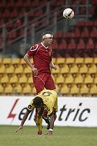 Andreas Bjelland (FC Nordsj�lland) med hovedforbinding, Gilberto Macena (AC Horsens)