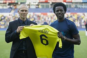Ole Bjur, sportschef (Br�ndby IF) pr�senterer Femi Ajilore (Br�ndby IF) med tr�je nr. 6