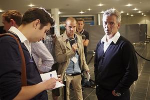 Henrik Jensen, cheftr�ner (Br�ndby IF) snakke med pressen