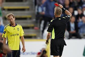 Michael Svendsen, dommer giver Anders Randrup (Br�ndby IF) det r�de kort