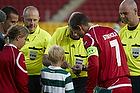Mark Courtney, dommer, Nicolai Stokholm, anf�rer (FC Nordsj�lland),  Anderson Polga, anf�rer (Sporting Lissabon)