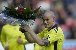 Mikkel Thygesen (Br�ndby IF) med blomster