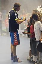 Mikkel Hansen (AG K�benhavn) skriver autografer