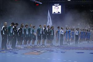 De to hold holder 1 minuts stilhed for Lars Olsen
