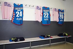 Lyser�de st�t brysterne t-shirts i omkl�dningsrummet med spillertr�jer