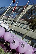 St�t brysterne balloner udenfor Br�ndby Hallen, AGK Arena