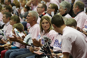 Tilskuere i lyser�d st�t brysterne t-shirts