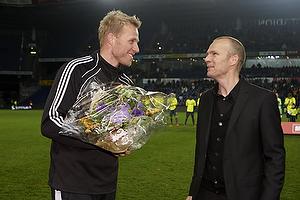 Ole Bjur, sportschef (Br�ndby IF) med blomster til Morten Cramer, m�lmandstr�ner  (Br�ndby IF)