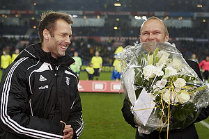 Ole Bjur, sportschef (Br�ndby IF) med blomster til Thomas Rasmussen (Br�ndby IF)